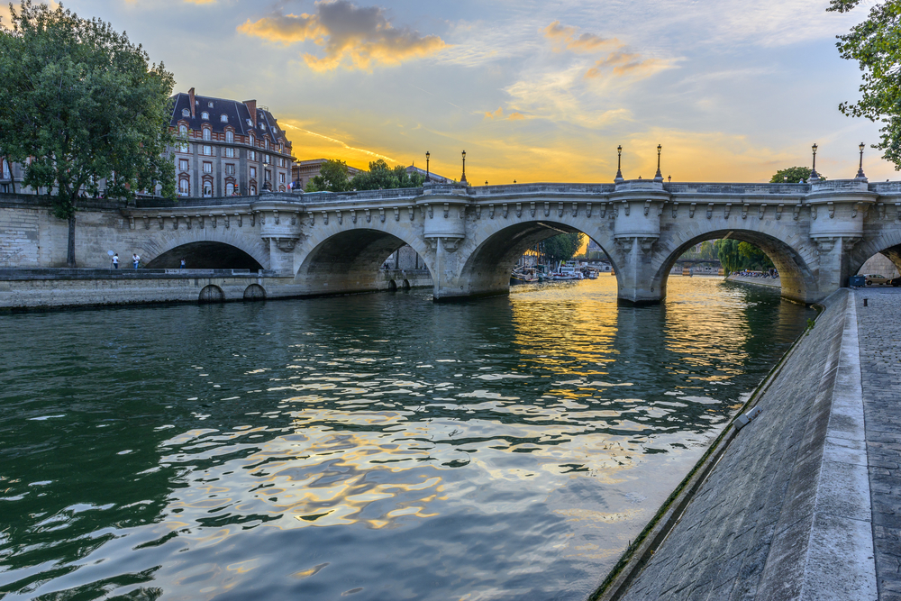 Bridges inn Paris Pont Neuf at sunrise