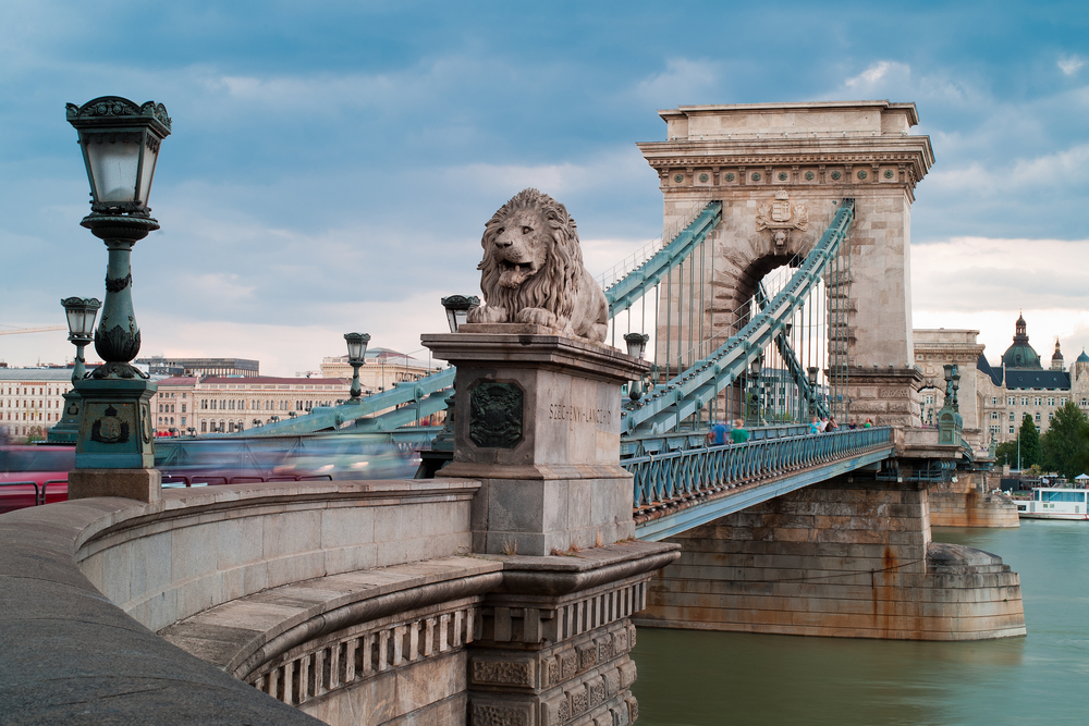 The lions on the Chain Bridge do indeed have tongues