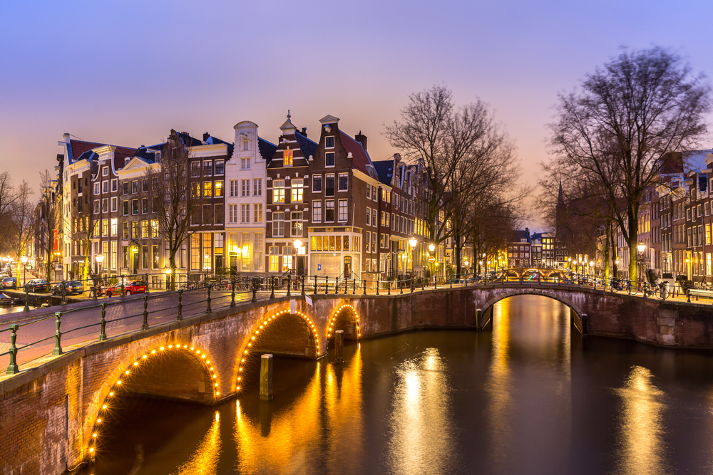 Traveling to Amsterdam will be beautiful when you see the city illuminated at night