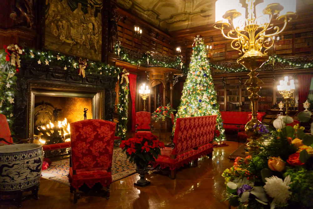 A room in a old house decorated with Christmas decorations in Asheville in North Carolina